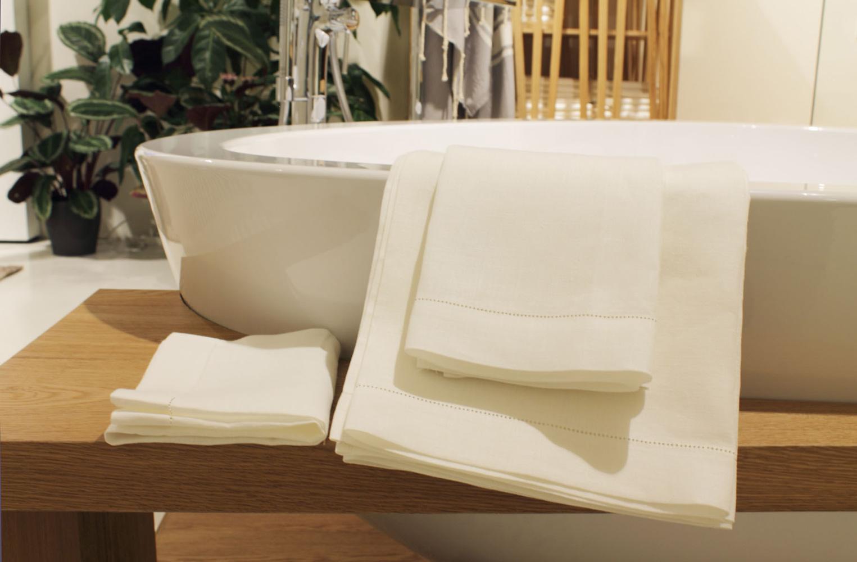 Asciugamani e teli bagno in puro lino per showroom axor for Esposizione bagni milano