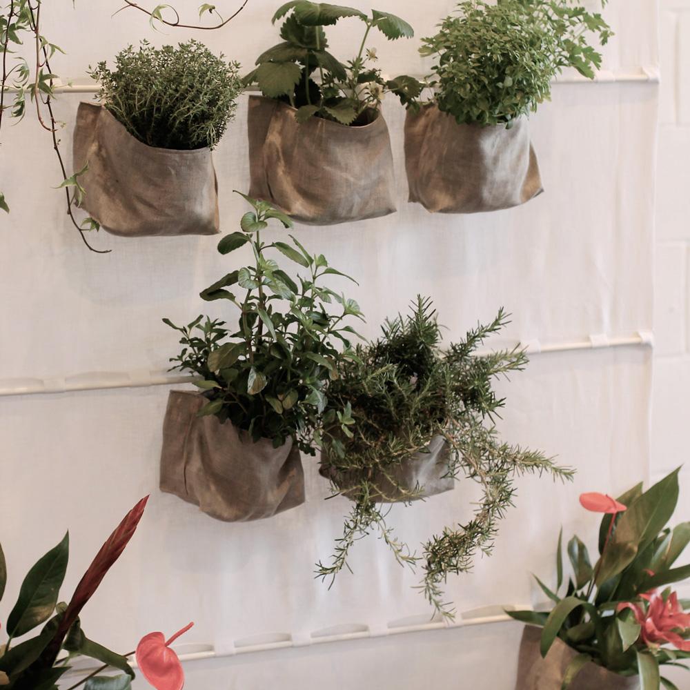 Tenda in lino con tasche porta piante di donna for Arredatori d interni famosi