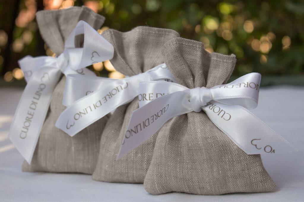 Bomboniere portaconfetti in tessuto di lino per matrimoni o battesimi
